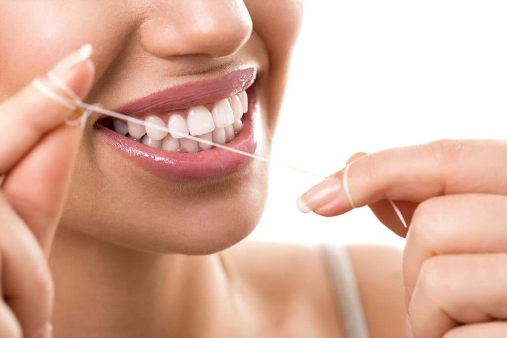 Разновидности нитей для зубов: как выбрать — Использование зубной нити, или флосса, — обязательный ритуал в ежедневной гигиене полости рта.